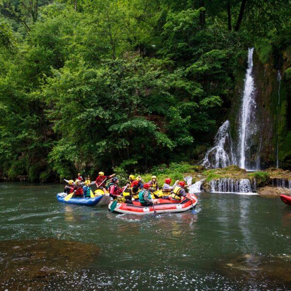 Rafting în Pădurea Craiului, cascada Vadu Crișului